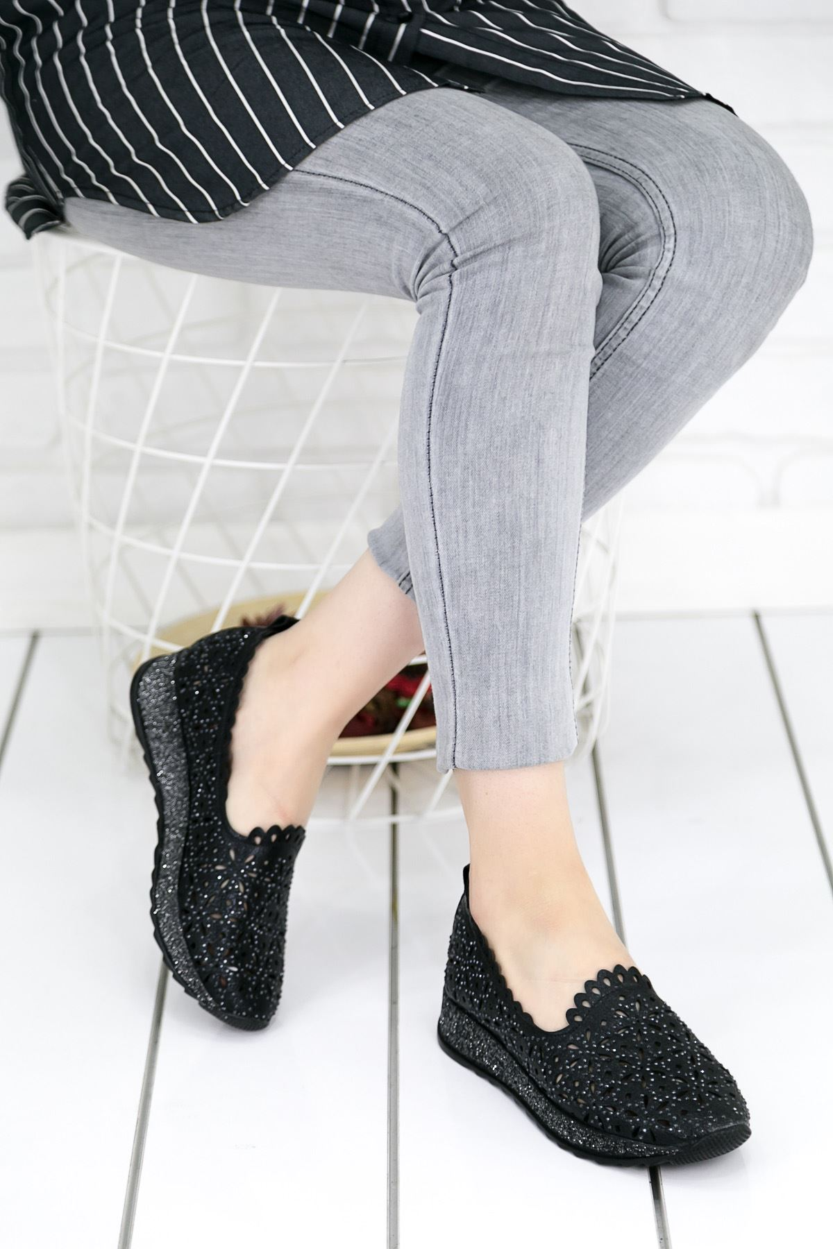 Rişad Siyah Delikli Ortopedik Bayan Spor Ayakkabısı