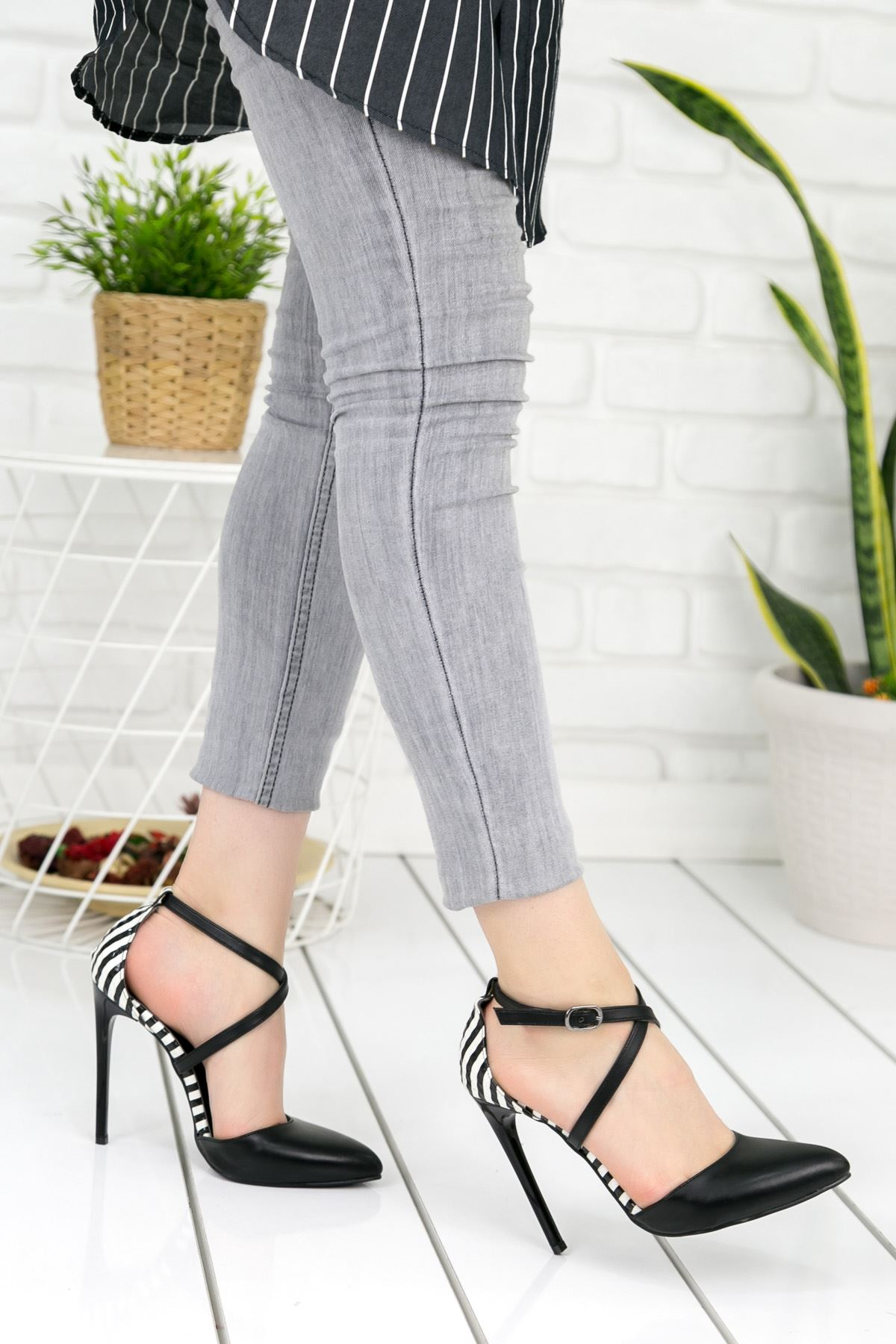 Waya Siyah Beyaz Çizgili İnce Topuk Bayan Ayakkabı