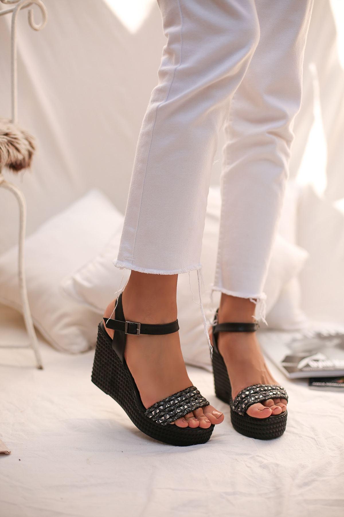 Aluce Siyah Taşlı Platform Kadın Sandalet